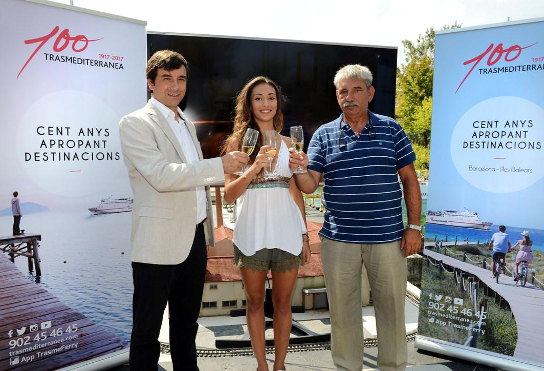 Miguel  Pardo, Natalia García Timofeeva y Fernando de Ercilla, brindan por la botadura del buque