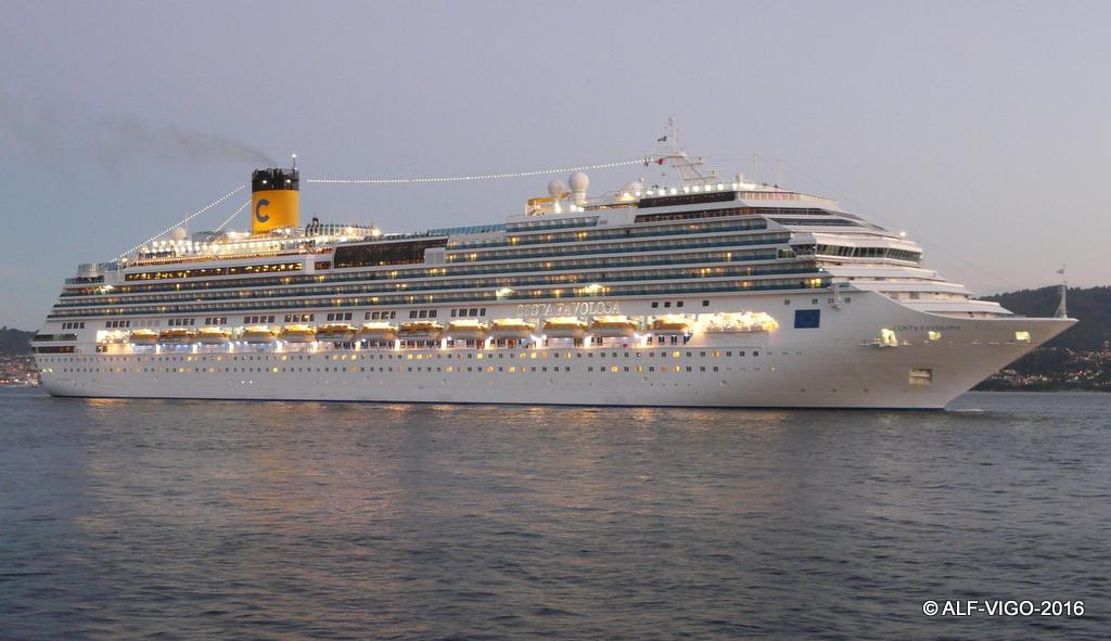 """El buque """"Costa Favolosa"""", a su llegada a Vigo"""