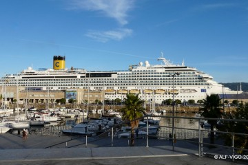"""La presencia del buque """"Costa Favolosa"""" destaca en el entorno portuario de Vigo"""