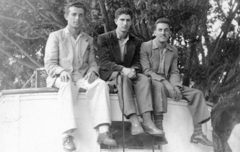 Sentados en el techo de la guagua Fiat que atendía el servicio Los Llanos-Tazacorte