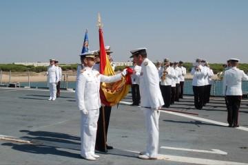 El almirante de la Flota, Javier Franco, besa la Bandera en la ceremonia naval de despedida