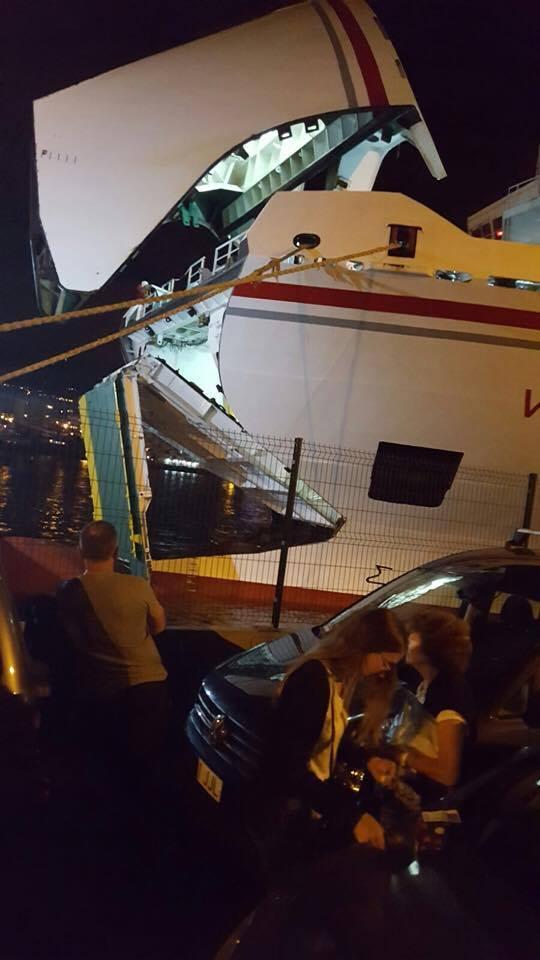 Una avería ha provocado el bloqueo del barco en el puerto de Los Cristianos