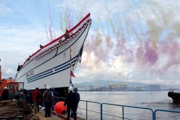 """El casco del buque-escuela """"Bima Suci"""", atracado al muelle de armamento"""