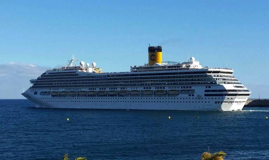 """El buque italiano """"Costa Mágica"""", a su salida de Santa Cruz de Tenerife"""