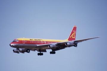 El avión Douglas DC-8-21 EC-CAM de Air Spain, en corta final