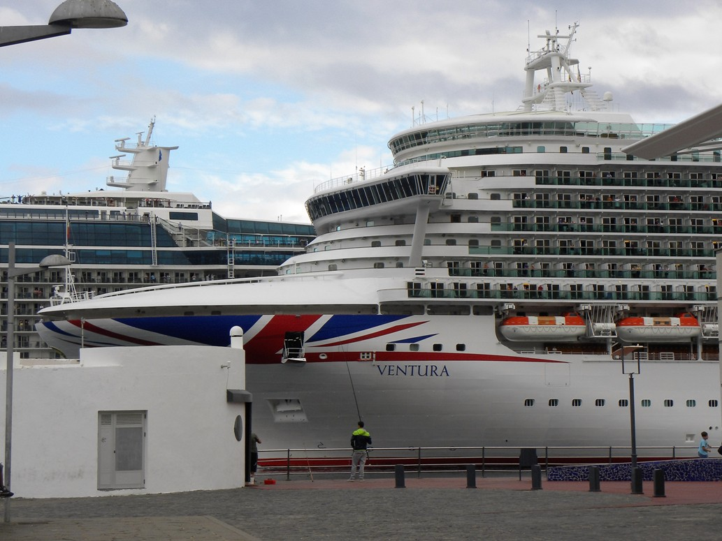 """La Union Jack resalta en la proa del buque """"Ventura"""""""