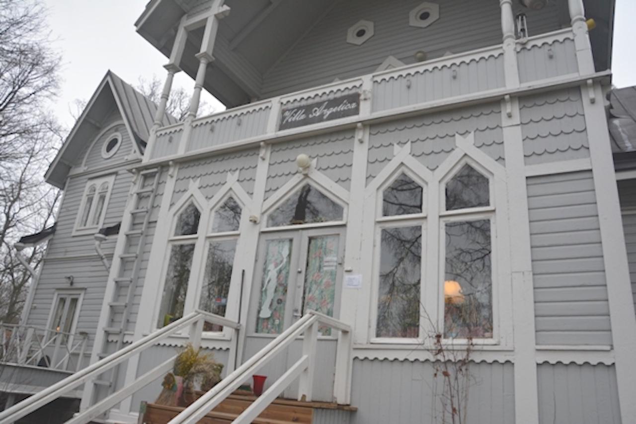 """Fachada principal de """"Villa Angélica"""". Tiene una terraza en la planta superior"""