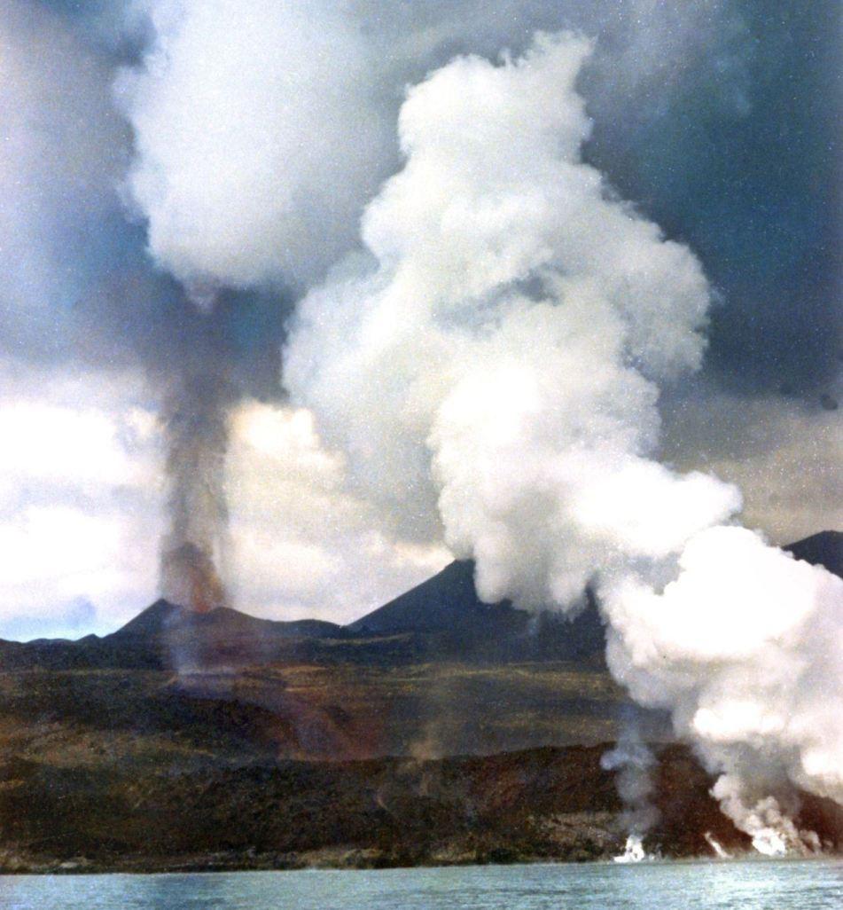La actividad del volcán Teneguía, vista desde el mar