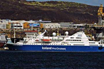 """El buque """"Ocean Diamond"""", visto en toda su eslora por la banda de babor"""