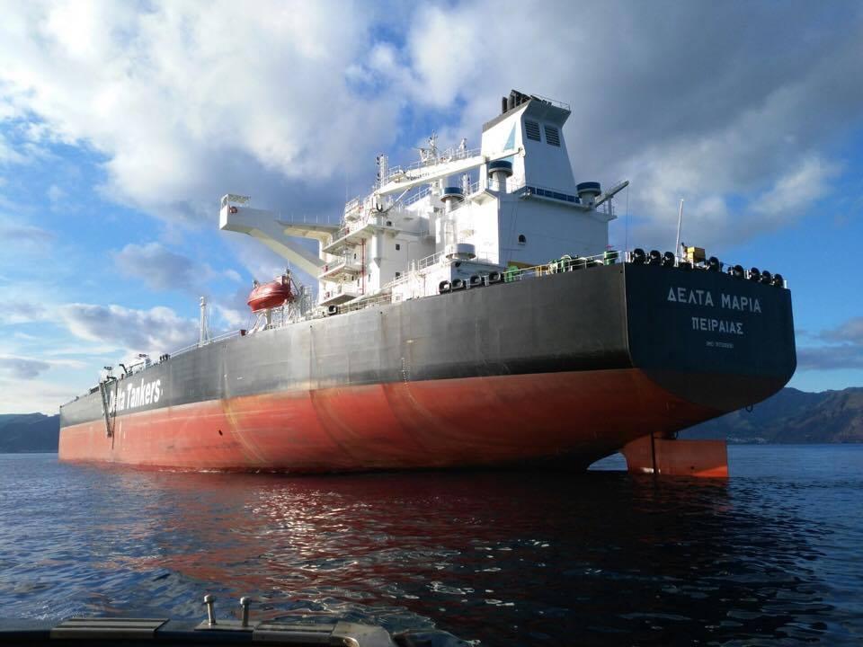"""El petrolero griego """"Delta María"""", visto por la aleta de babor"""