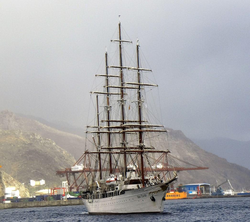 Con el aparejo aferrado, en la maniobra de entrada en su reciente escala en Tenerife