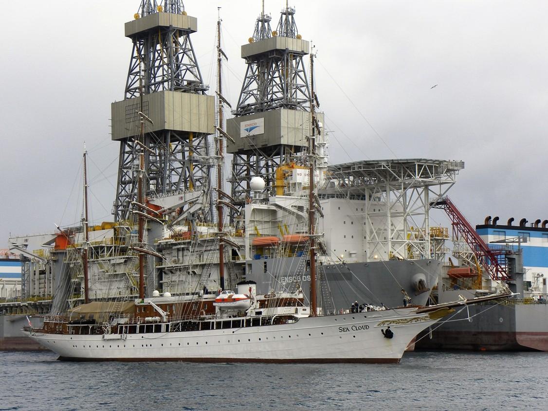A su entrada se cruza con las llamativas estructuras de los buques perforadores