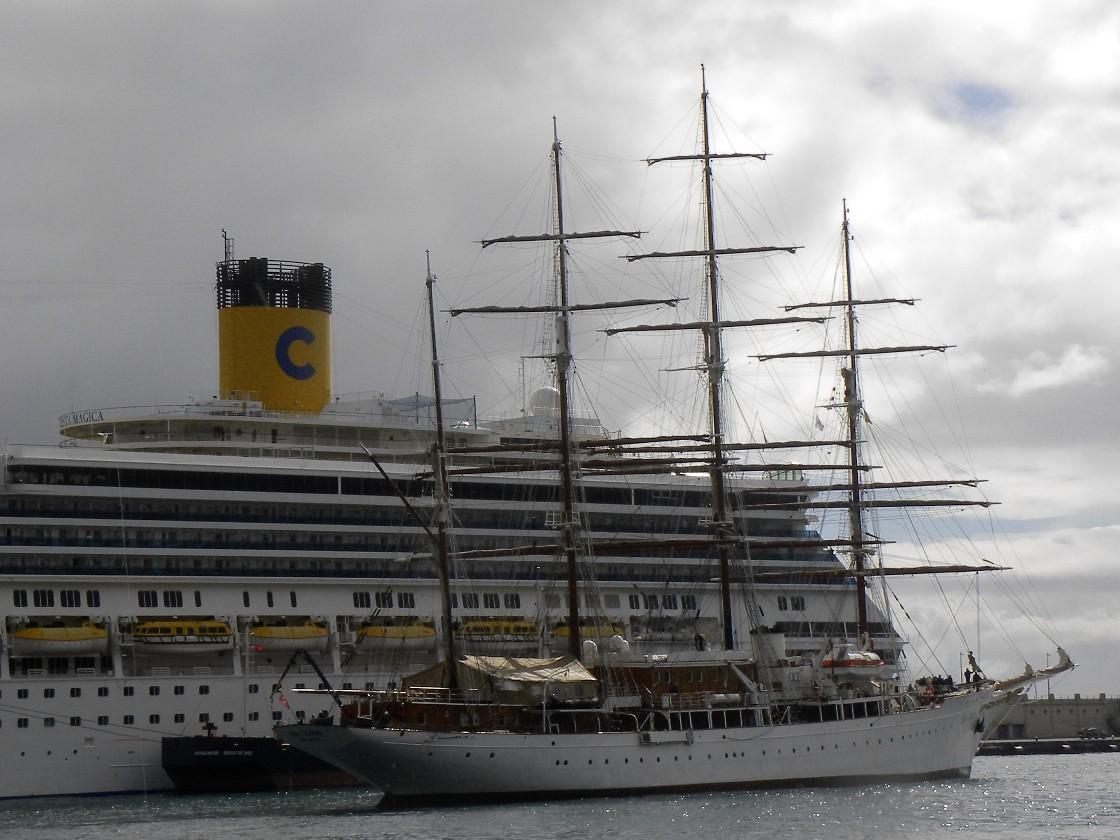 """En la maniobra de atraque, dejando por babor el crucero de turismo """"Costa Mágica"""""""