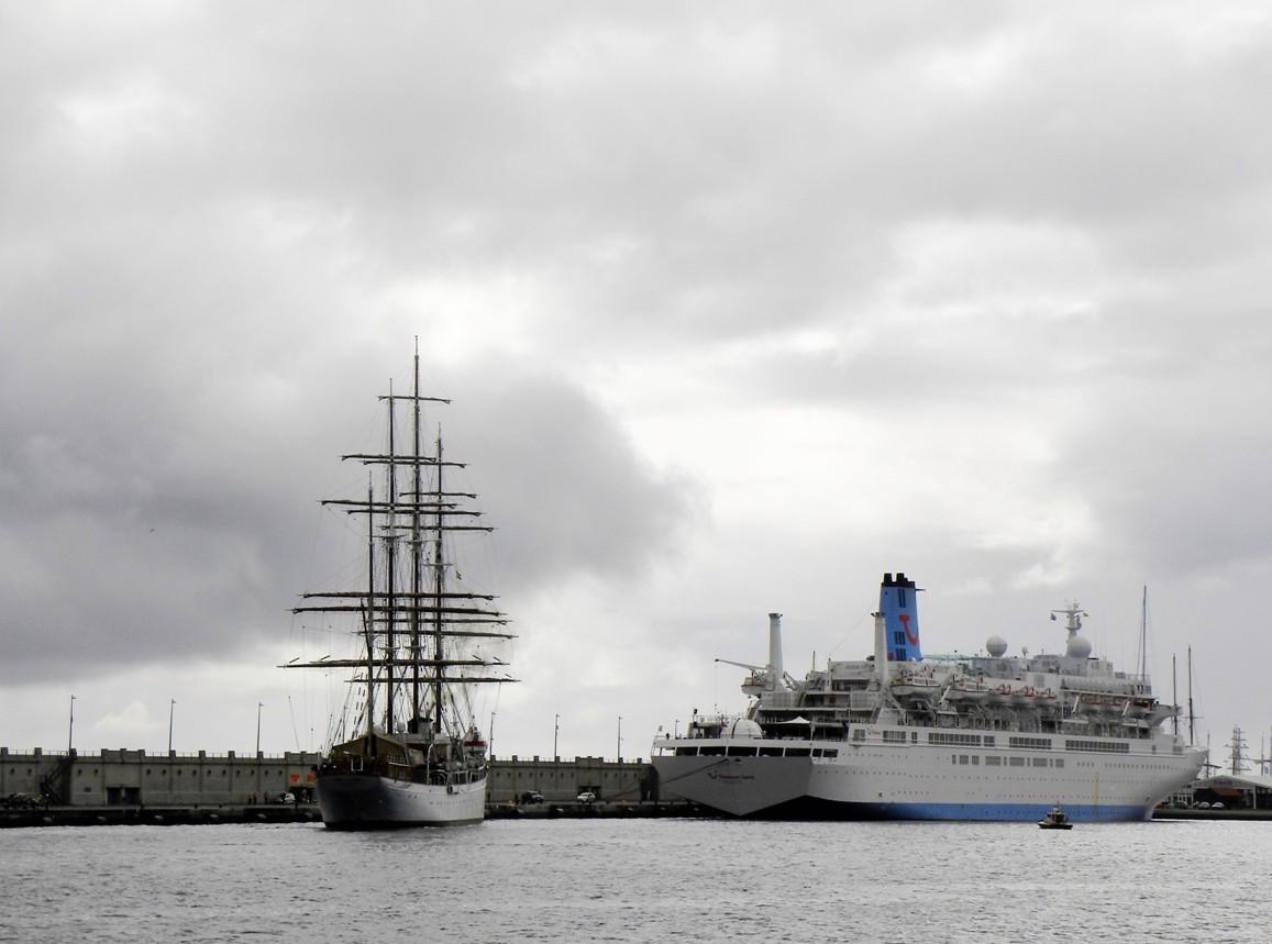 "Por su proa aparece la estampa marinera del crucero de turismo ""Thomson Spirit"""