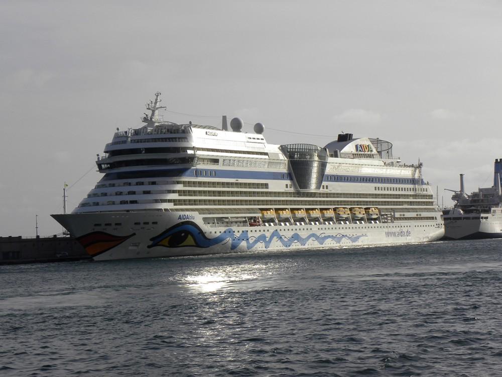 """El buque """"AIDAblu"""", en su habitual escala semanal de temporada"""