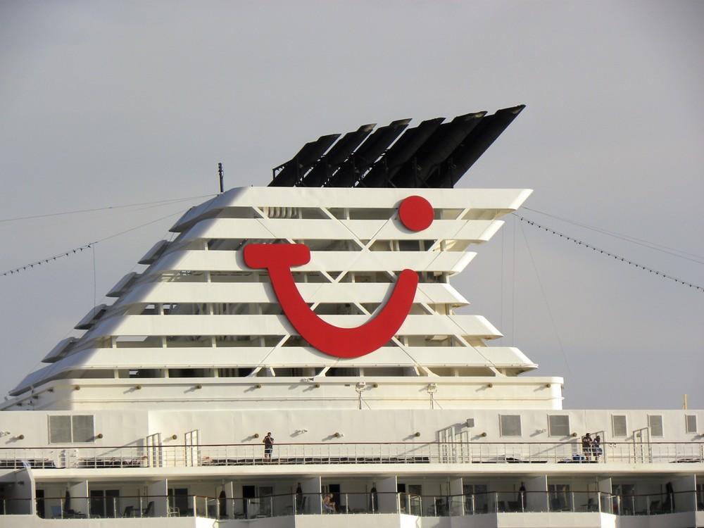 """La contraseña de Tui Cruises, en la chimenea del buque """"Mein Schiff 2"""""""