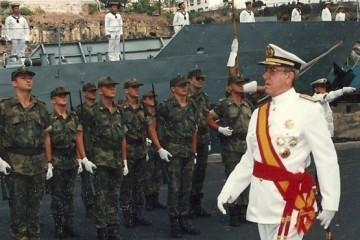 """El almirante Amancio Rodríguez Castaños (1933-2014), en la ceremonia de la entrega de la bandera de combate al patrullero """"Centinela"""" en Santa Cruz de La Palma (1995)"""