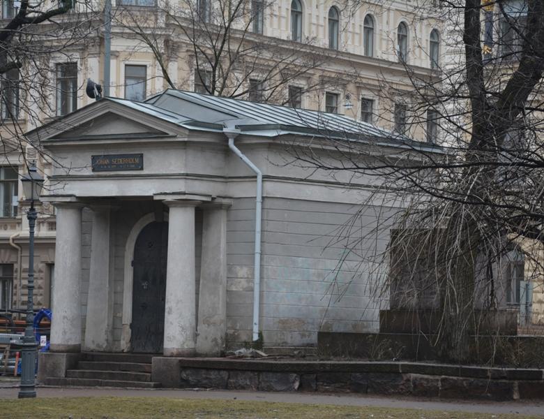 En el ángulo norte del parque se encuentra la cripta de Johan Senderholm