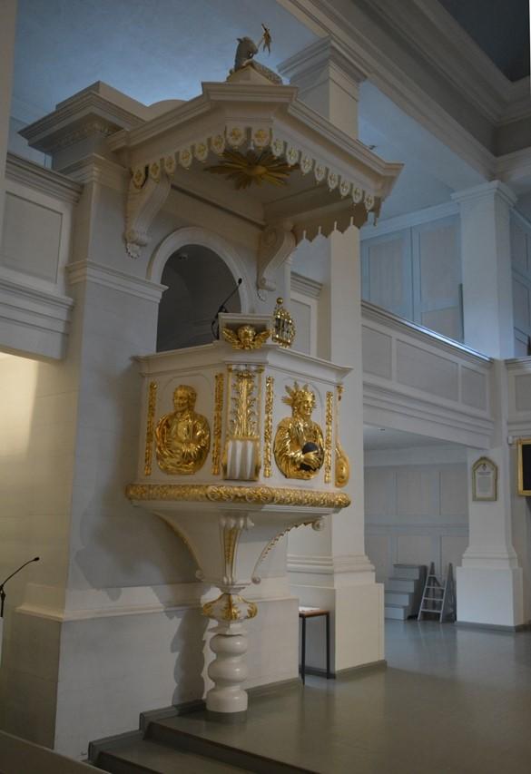 El púlpito decorado en dorado procede de la iglesia de Ulrika Eleonora