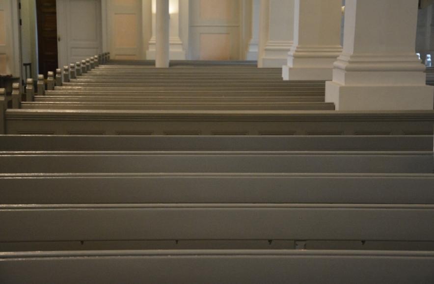 Los bancos, pintados de gris claro, combinan perfectamente con el interior azul y blanco