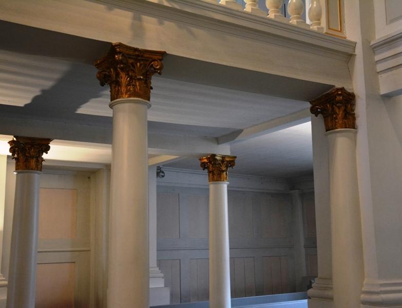 Columnas con capiteles corintios soportan el peso de la primera planta