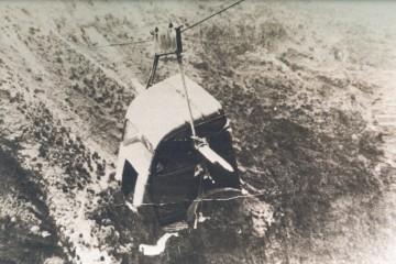 La cabina desmontada del camión pasa por el cable que salva el barranco de Gallegos