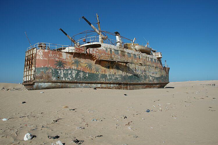 Varado en tierra, en la costa de El Aaiun. Así acabó su vida marinera