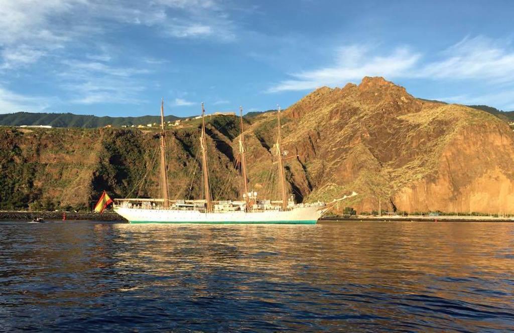 """El buque-escuela """"Juan Sebastián de Encano"""", al resguardo del Risco de la Concepción"""