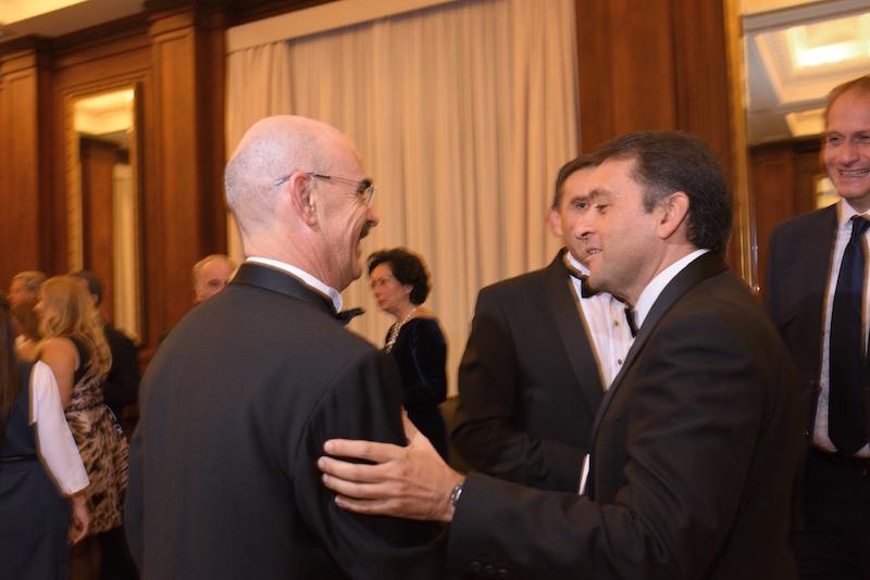 Francisco Perera, cónsul de Eslovaquia y secretario del Cuerpo Consular, saluda al alcalde José Manuel Bermúdez