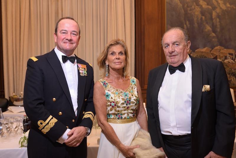 Almirante comandante del Mando Naval de Canarias, cónsul de Chile y señora