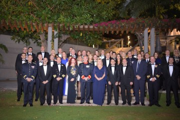 Los miembros del Cuerpo Consular acreditado en Santa Cruz de Tenerife, con las autoridades civiles y militares