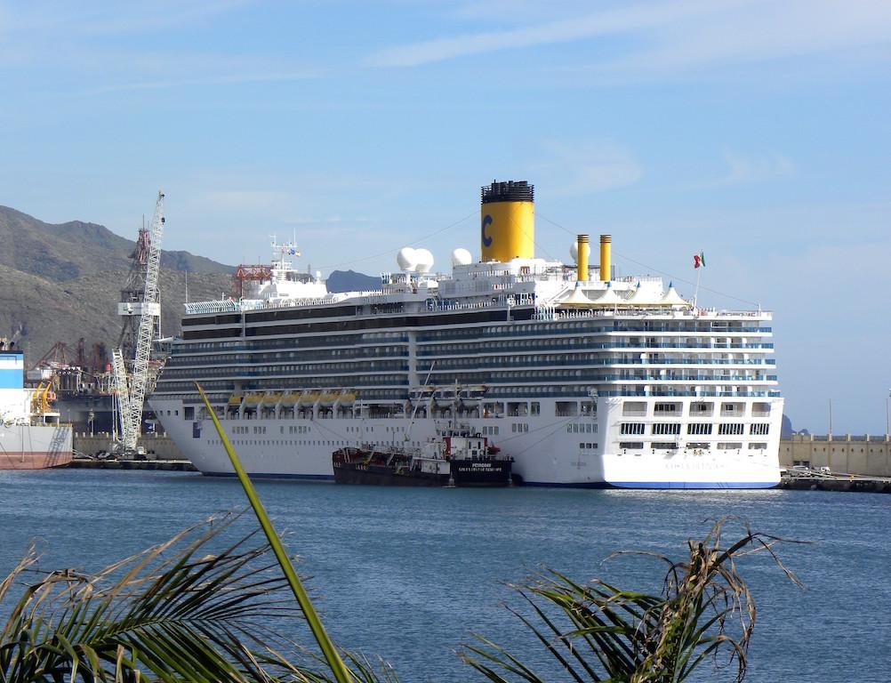 """El buque """"Costa Deliziosa"""", visto por la aleta de babor"""