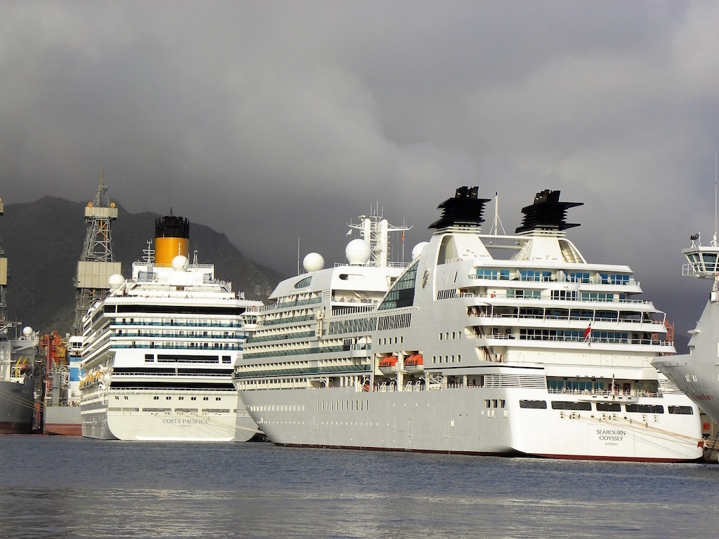 "Los buques ""Seabourn Odyssey"" y ""Costa Pacífica"""