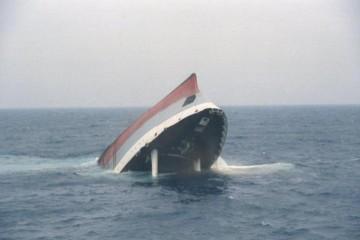 """El buque factoría """"Mar Caribe"""" se hundió de popa y puso la proa al cielo"""
