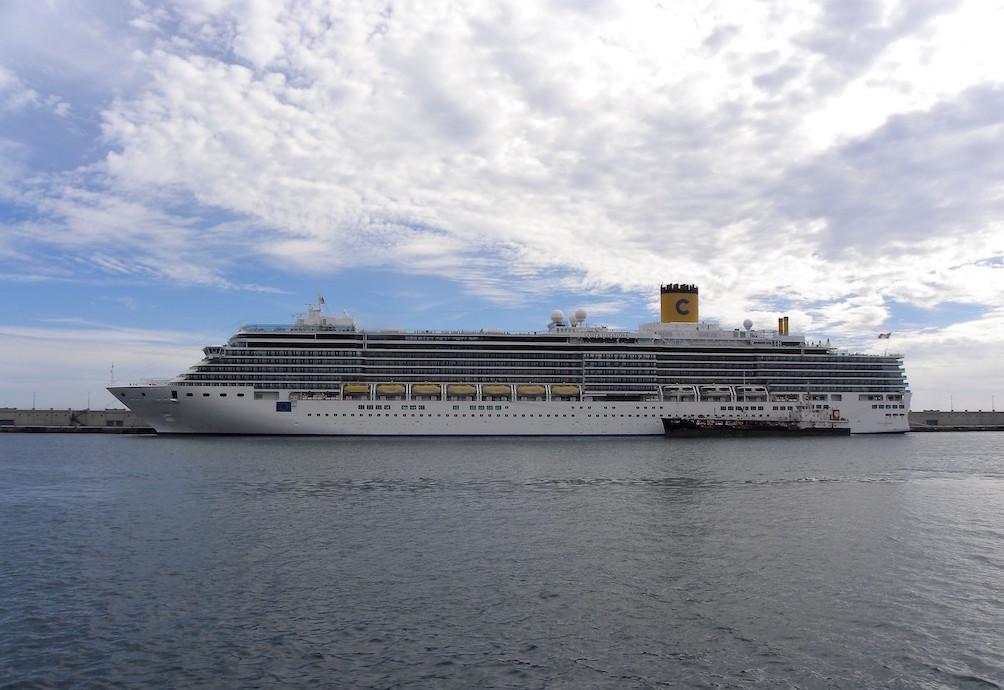 """El buque """"Costa Deliziosa"""", visto en toda su eslora por la banda de babor"""