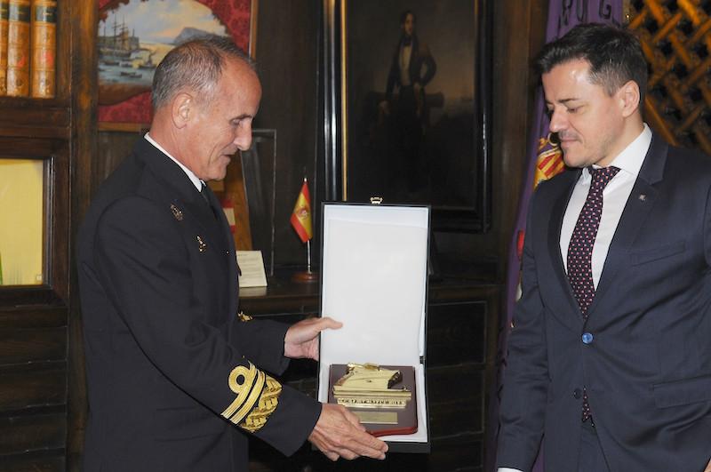 El almirante Zumalacárregui recibe la metopa del Centenario de Trasmediterránea de manos de Mario Quero