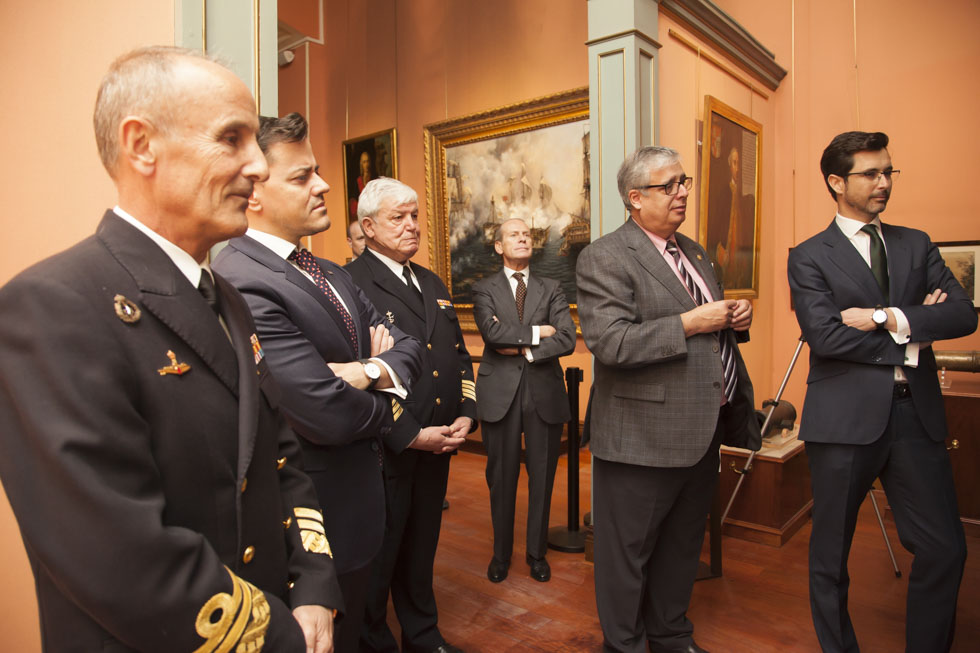 El almirante Zumalacárregui y Mario Quero, junto a los demás asistentes, en la presentación del audiovisual