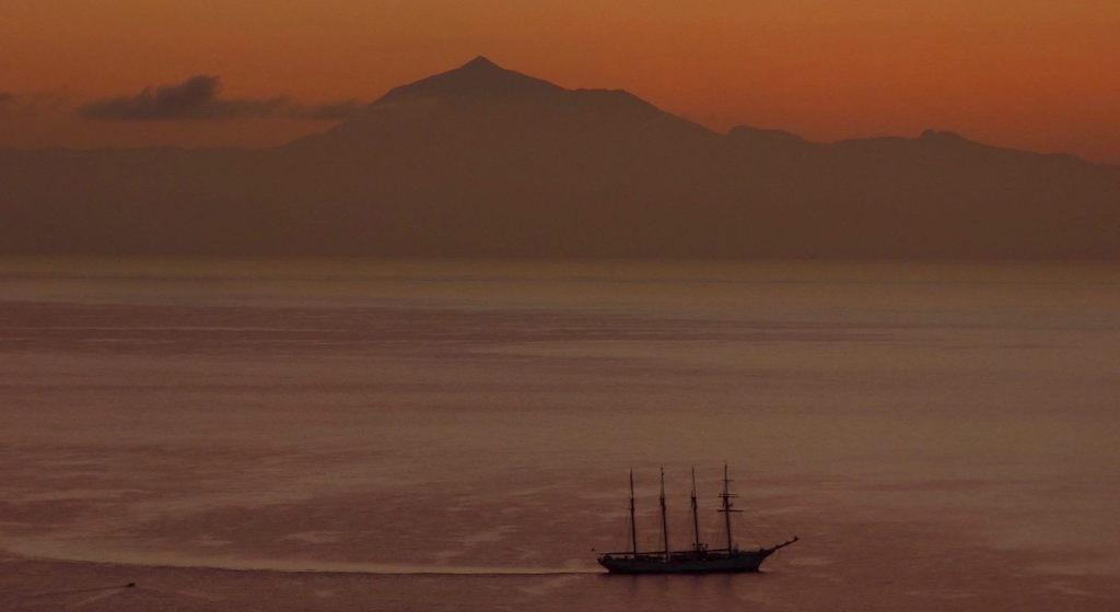 Con las primera luces del alba se recorta la silueta del buque-escuela