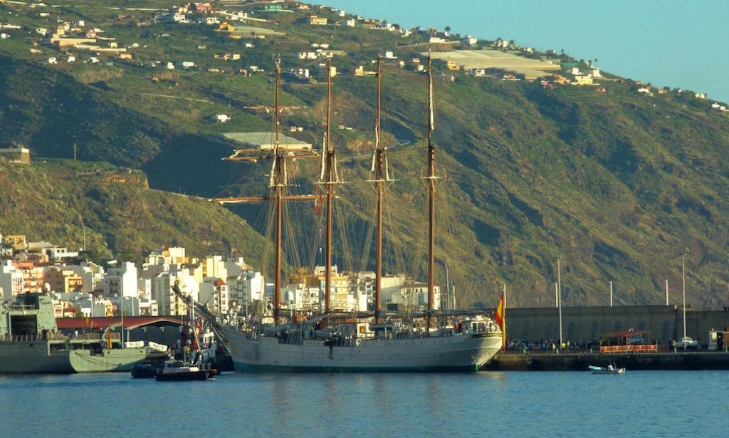 A apenas media hora el buque quedó atracado en el puerto de la capital palmera