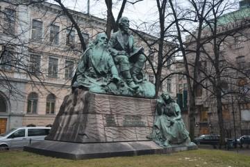 La escultura dedicada al Kalevala fue fundida en bronce en Bruselas y presentada el 18 de octubre de 1902