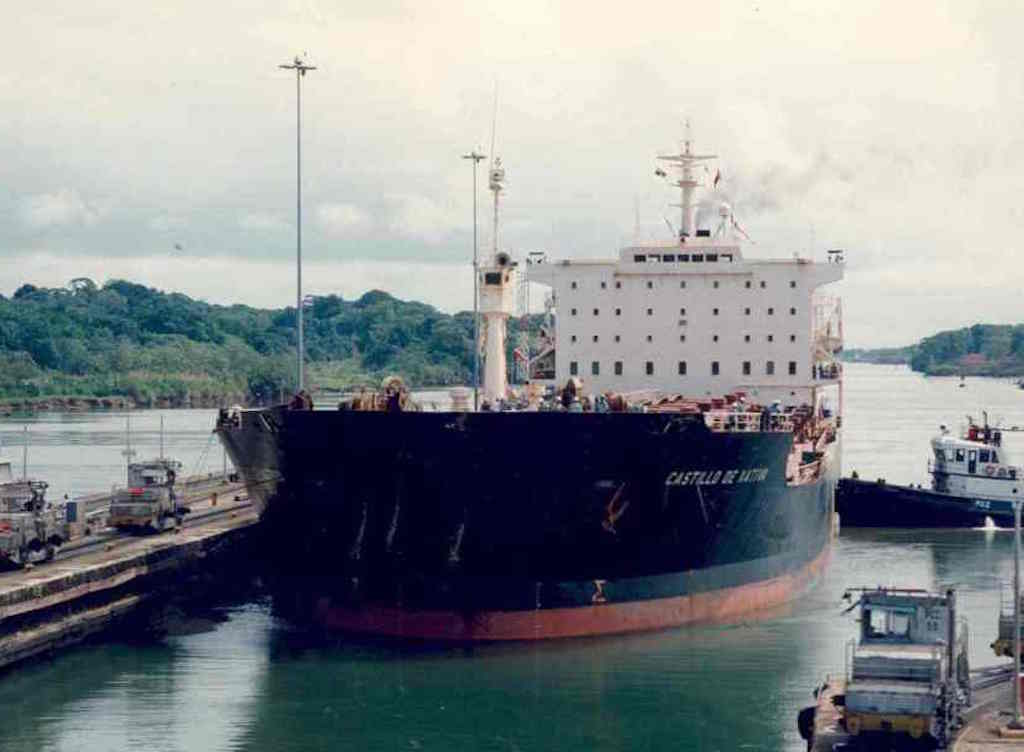 Visto de proa, en una de las esclusas del canal de Panamá