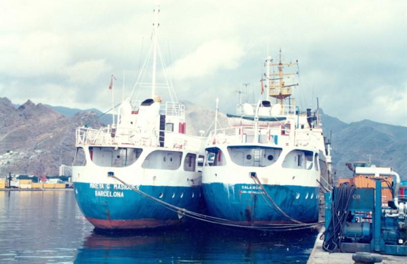 """Los buques """"Cala Bona"""" y """"Mireya G. Masiques"""", abarloados en el puerto de Santa Cruz de Tenerife"""