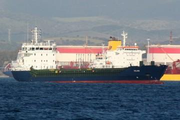 "El buque ""Telmo"", fondeado en Algeciras. Detrás aparece la chimenea del petrolero ""Tinerfe"""