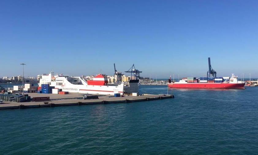 """El buque """"Volcán de Teneguía"""" dejó libre el atraque para el buque """"Albayzin"""""""