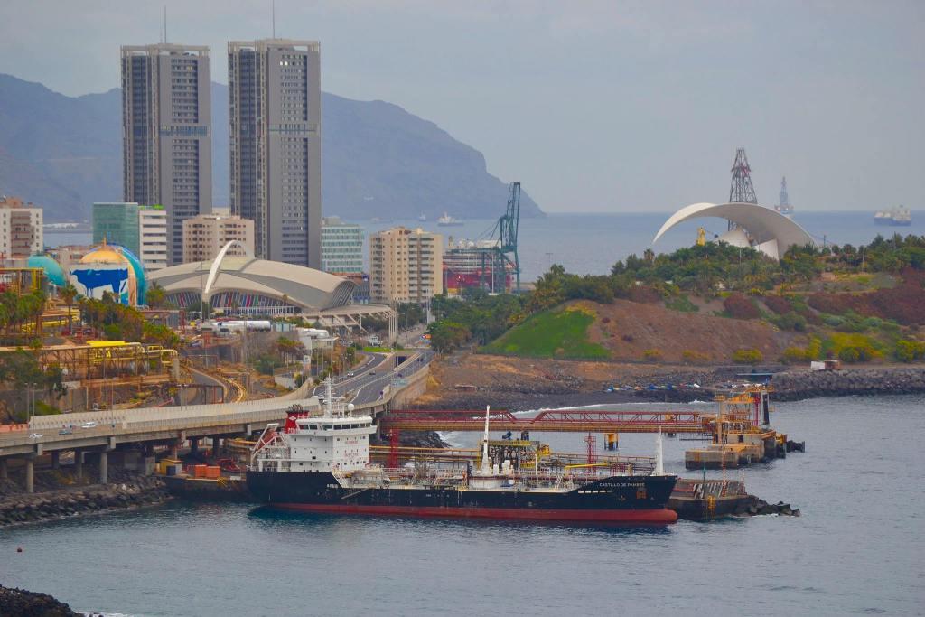 """El buque asfaltero """"Castillo de Pambre"""", atracado en la terminal de CEPSA en Tenerife"""