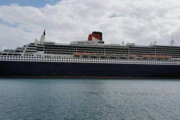 """El buque """"Queen Mary 2"""", en toda su eslora por la banda de estribor"""