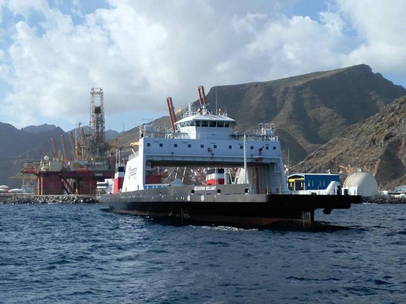 Visto por la amura de estribor, durante el fondeo en Tenerife