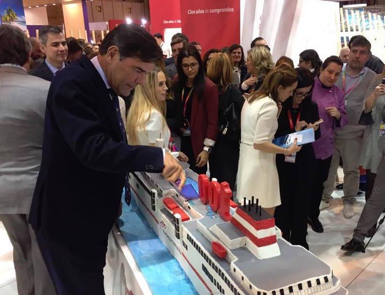 El presidente de Trasmediterránea, Jorge Vega-Penichet, corta la tarta del centenario de Trasmediterránea