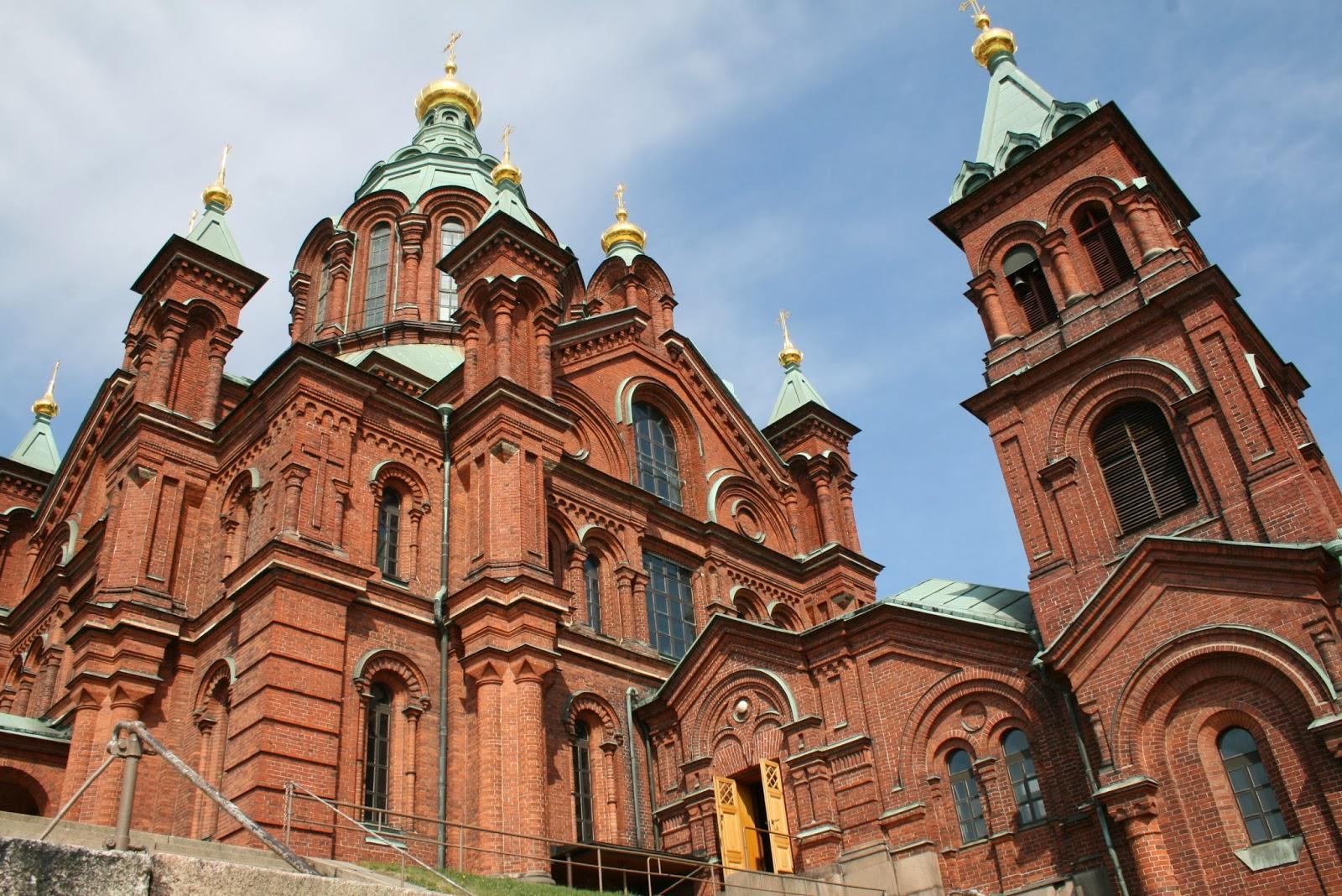 El edificio de la catedral ortodoxa está levantado en ladrillo rojo