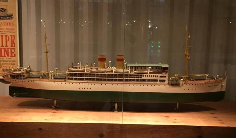"""Maqueta del buque """"Ciudad de Sevilla"""", con dos chimeneas"""
